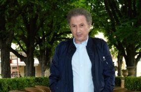 Michel Drucker maintient ses critiques à l'égard de Laurent Delahousse : Tout le monde sait que ce milieu, c'est le bal des faux-culs