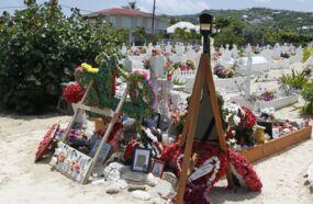 Accès à la tombe de Johnny Hallyday : l'office du tourisme de Saint-Barth' s'agace et met les choses au clair