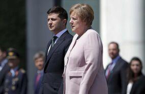 La crise de tremblements étonnante d'Angela Merkel lors d'une parade militaire (VIDEO)