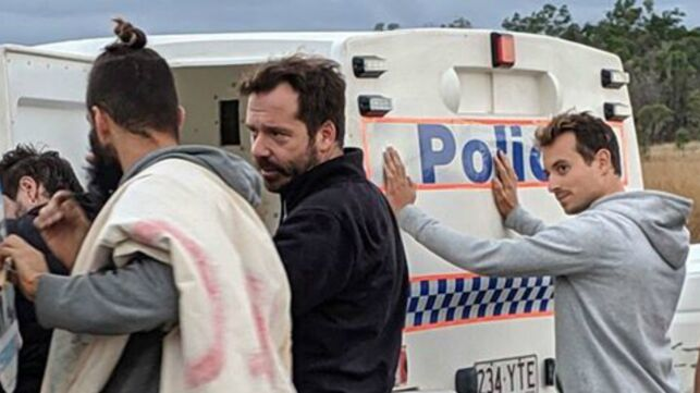 """Hugo Clément dévoile les photos de son arrestation en Australie: """"Cette intimidation ne nous empêchera pas de continuer"""" (PHOTOS) - actu - Télé 2 semaines"""