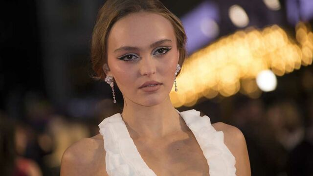 Lily-Rose Depp a frôlé l'accident de robe lors de l'avant-première de The King à Londres (PHOTOS)