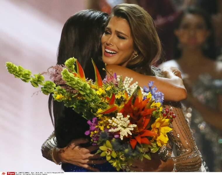 Emue, Iris Mittenaere s'est jetée dans les bras de celle qui l'a précédée au titre de Miss Univers, Pia Wurtzbach