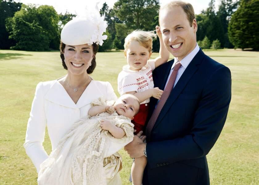 Juillet : Baby George a 2 ans, certes, mais Charlotte, elle, elle se fait baptiser, na !