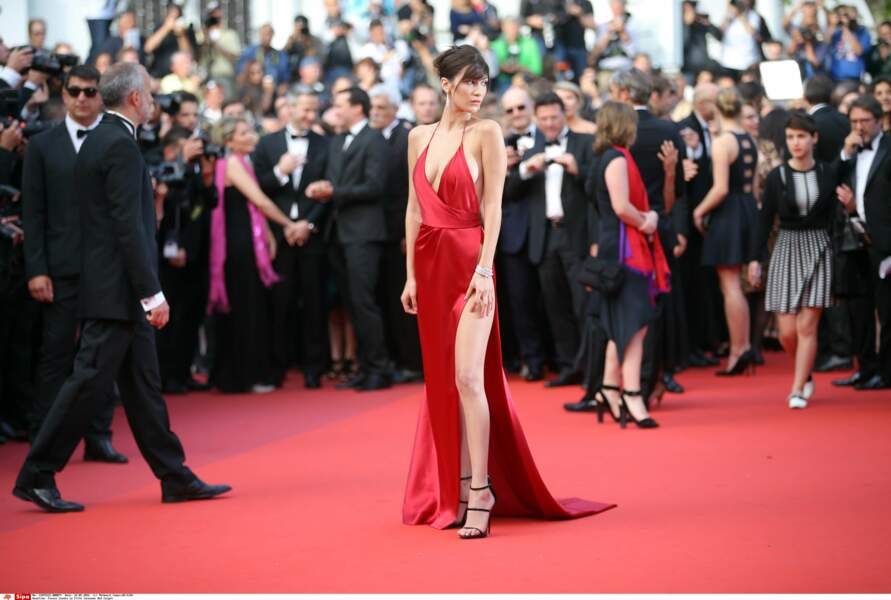 Bella Hadid mise sur la robe fendue... très fendue!