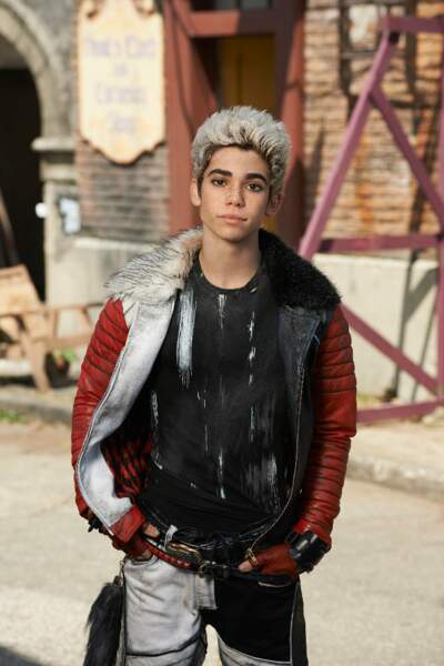 Le jeune Carlos, fils de Cruella d'enfer, arbore un blond peroxydé...