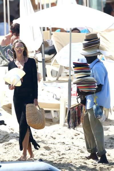 Un bon point pour Elle McPherson qui n'a pas oublié son chapeau pour la plage, à Saint-Tropez !