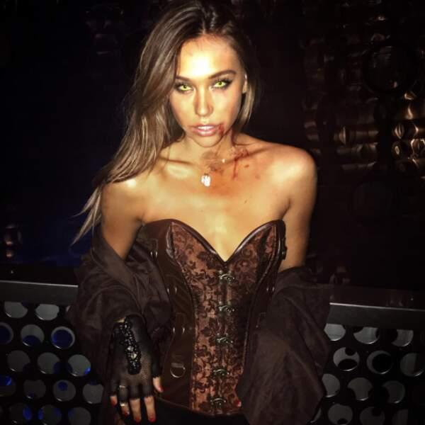 La top-model Alexis Ren a bu un peu de sang.