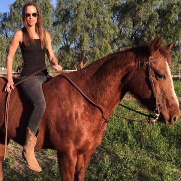 Hilary Swank nous a présenté son adorable cheval. ON VEUT LE MÊME.