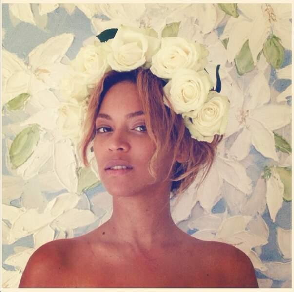 Couronne de fleurs également pour Beyoncé, sans make up !