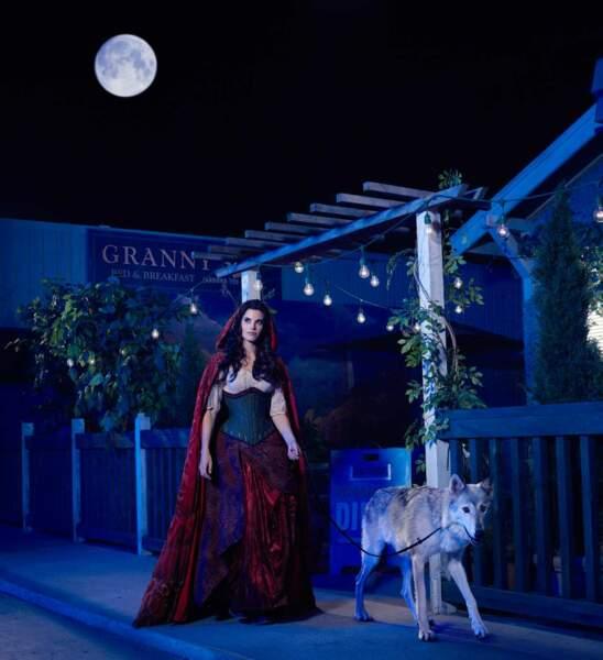 Dans Once Upon a Time, le petit chaperon rouge est en réalité le loup de l'histoire : Red, joué par Meghan Ory.