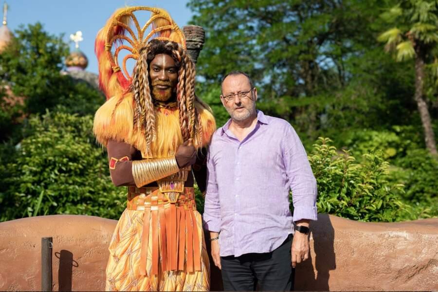 Jean Reno, la voix de Mufasa pose avec Mufasa du spectacle Le Roi Lio et les rythmes de la terre