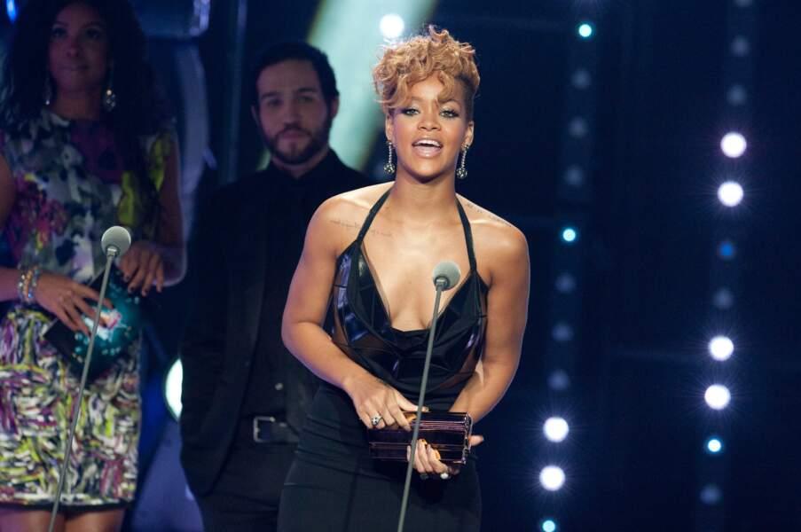 Rihanna, toujours sexy, reçoit un trophée en 2010