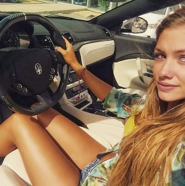 Norma des Marseillais, elle, a la chance de conduire une superbe voiture ! Veinarde