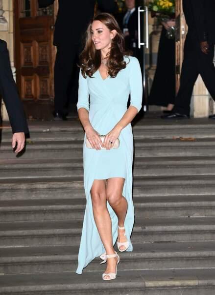 Octobre 2014. Crime de lèse majesté : cette robe laisse tout voir. Sexy, oui. Beaucoup trop pour Buckingham !