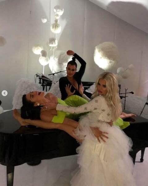 Kourtney Kardashian, Khloé Kardashian et Kendall Jenner se sont tripotées sur un piano.