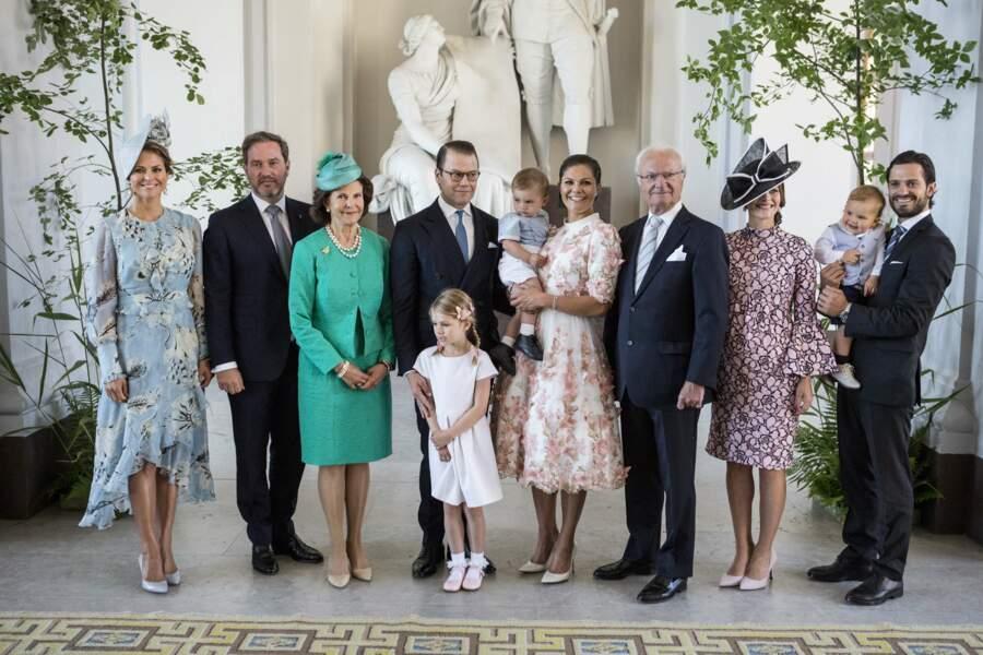 La princesse Victoria est bien entourée de ses parents, de son frère et de sa soeur... Jolie photo de famille !