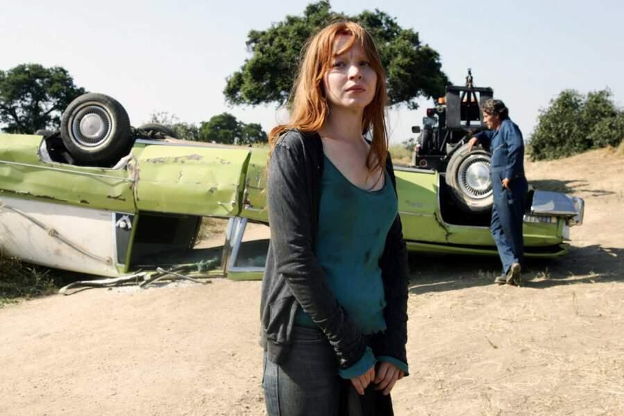 On a eu le temps de voir grandir Claire (Lauren Ambrose), l'ado rebelle benjamine du clan Fisher
