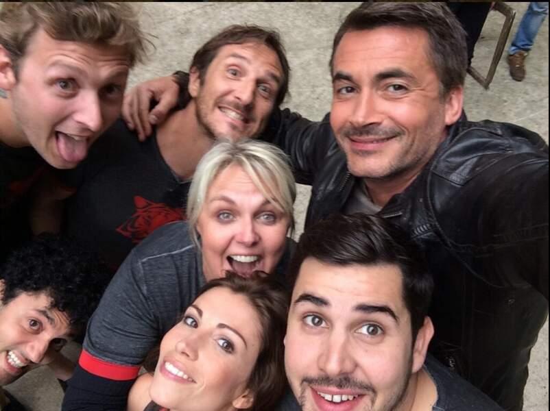 Pendant qu'Olivier Minne fait un selfie avec l'équipe de Valérie Damidot !