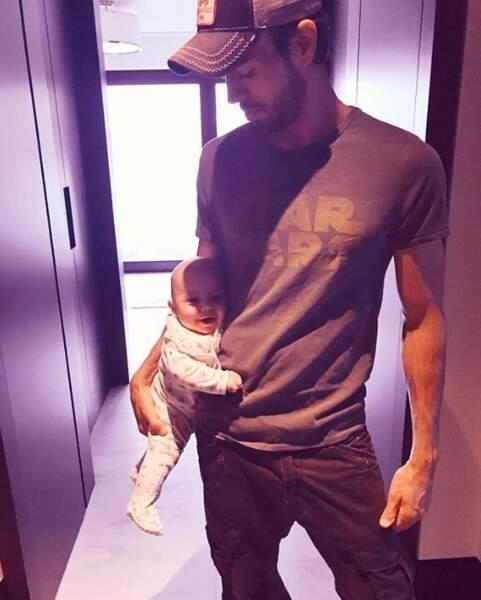 Enrique Iglesias a posé avec un de ses jumeaux, mais on l'avoue : impossible de savoir lequel !