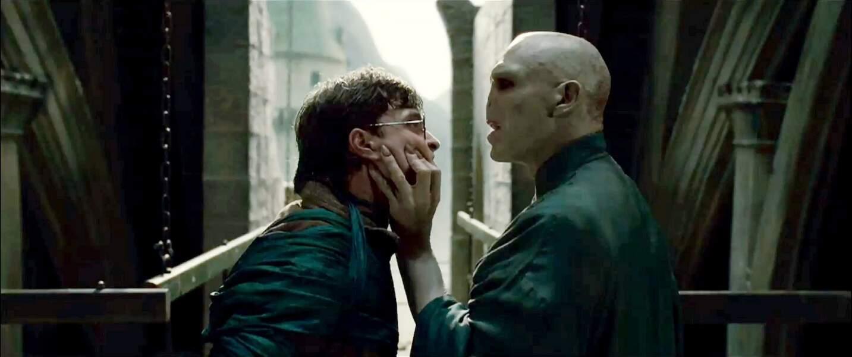 Face à face tendu entre Harry et Voldemort