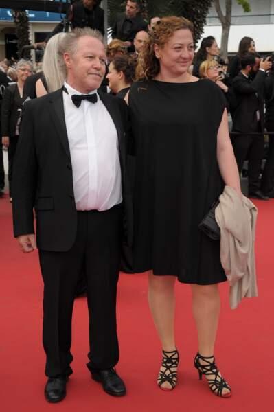 """Nicolas Philibert et sa femme lors de la montée des marches pour le film """"Dheepan"""" au Festival de Cannes"""