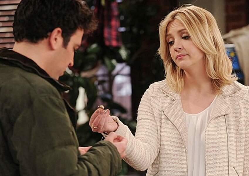Jeanette Peterson (Abby Elliott), c'est la copine cinglée de Ted.