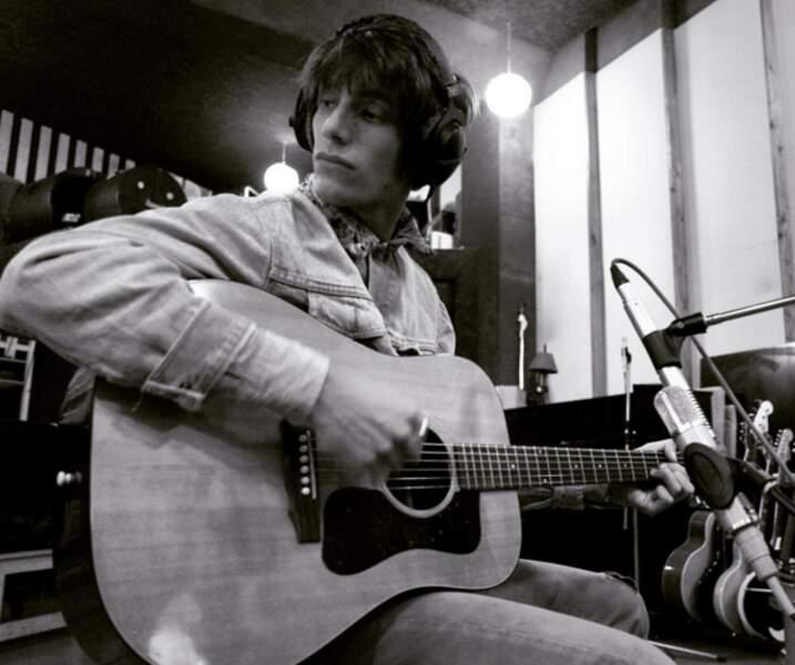 Mais le jeune homme continue à travailler sur sa grande passion : la musique