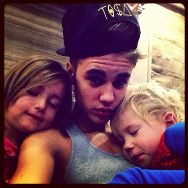 Là, ils est avec sa petite soeur et son petit frère. Trop mignooooon !