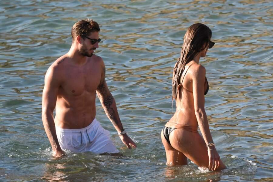 Mais il profite de l'île grecque avec sa compagne Izabel Goulart