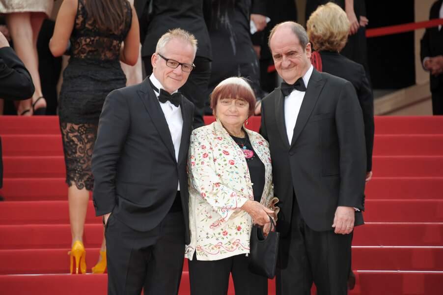 """Thierry Fremaux, Agnès Varda et Pierre Lescure lors de la montée des marches pour le film """"Dheepan"""""""