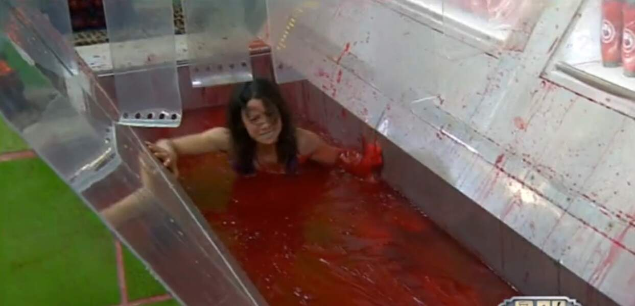 Petit bain de ketchup pour Anne-Gaëlle Riccio (ah ça, elle ne va pas regretter d'être venue)