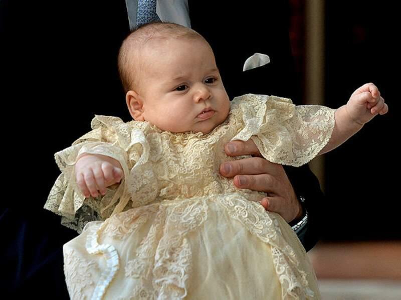 Comme tous les enfants royaux, il porte la robe de baptême de Victoria, fille aînée de la reine Victoria