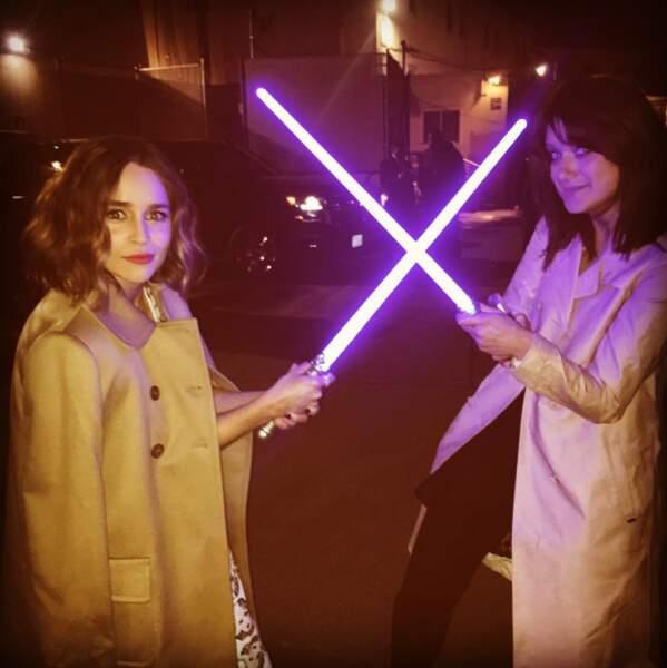 En plus, Emilia Clarke pose super bien avec un sabre laser.