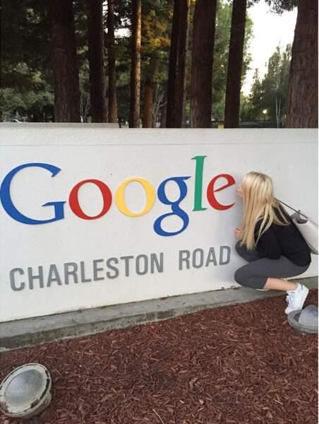 La youtubeuse lyonnaise Enjoy Phoenix en visite à la Silicon Valley crie son amour pour Google. Il y a de quoi...