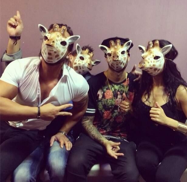 """Petite devinette : qui se cachent derrière ces masques """"girafe"""" ??"""