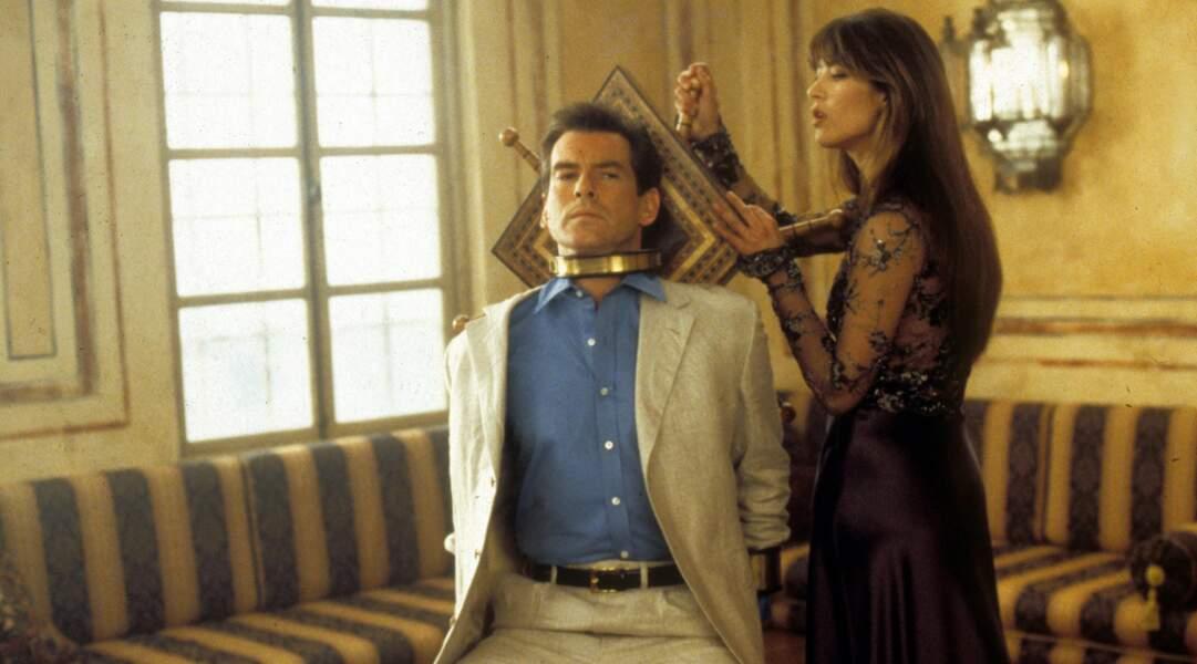 En tenue légère et sexy, Elektra King (Sophie Marceau) torture 007 (Pierce Brosnan) dans Le monde ne suffit pas.
