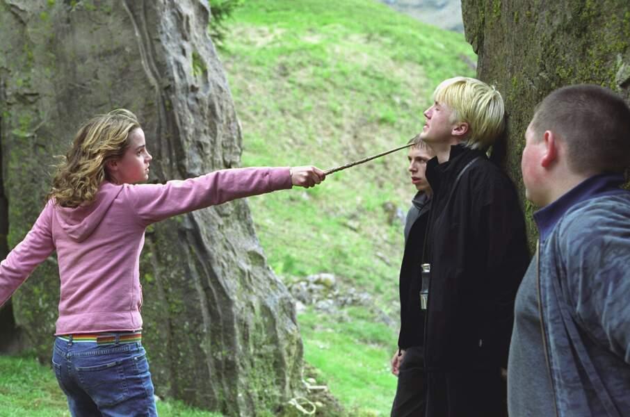 Mais une fois face à Hermione, Malefoy fait moins le malin.