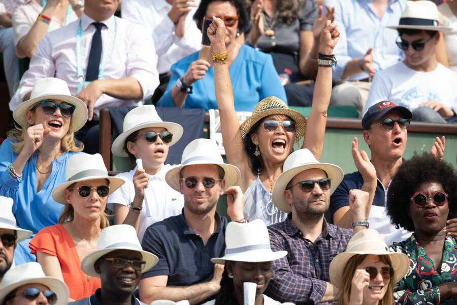 Julie Gayet (à gauche) et Woody Harrelson (à dr.) font partie des stars vues à la finale dames de Roland Garros