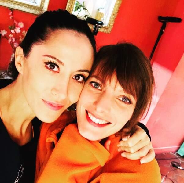 … Fabienne Carat (Samia) et Elodie Varlet (Estelle), prennent la pose (et une pause) en loge