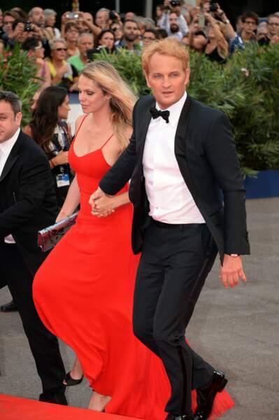 Le héros d'Everest Jason Clarke, tout blond, et madame.