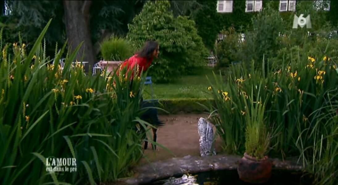 Avant de le rejoindre, Karine fait un brin de causette avec un chien. Sympa !