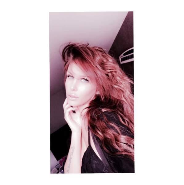 Point cheveux : Adixia a changé de couleur.