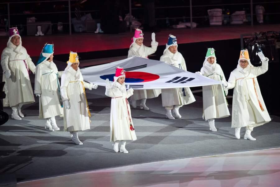 Le drapeau du pays hôte était porté par d'anciens médaillés olympiques