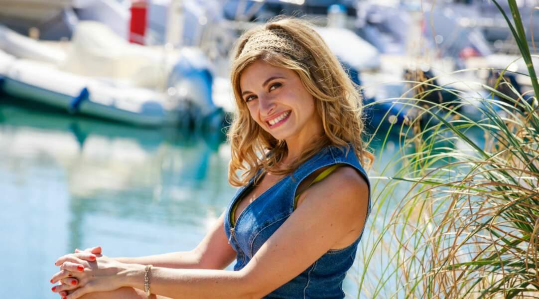 Davia Levy, c'est la jeune serveuse de la paillote, la sœur d'Alexandre, et la comédienne Jennifer Dubourg-Bracconi