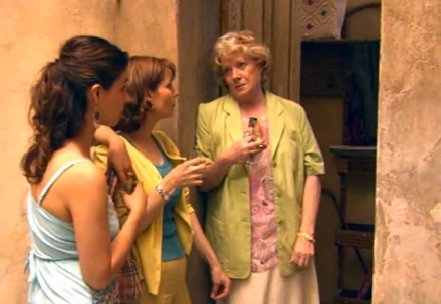 Soutenue par Blanche et Charlotte, ses amies, Rachel leur avoue être terrifiée.