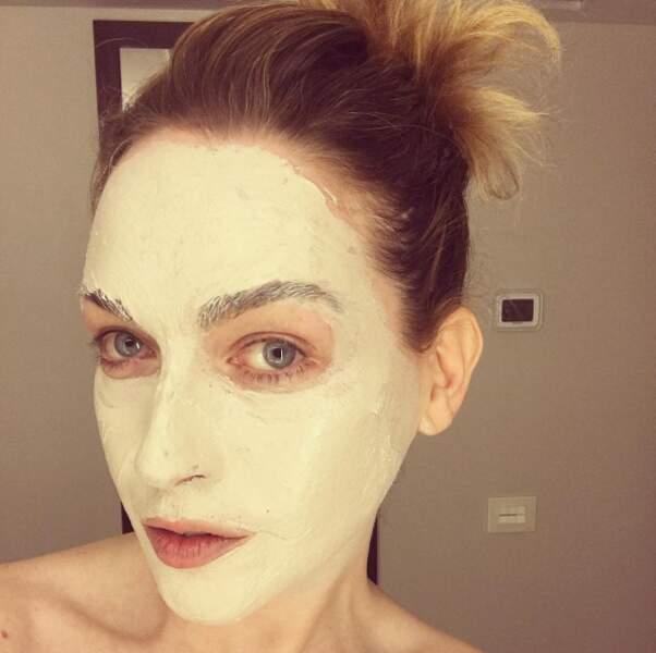 Le masque est l'un de ses secrets de beauté