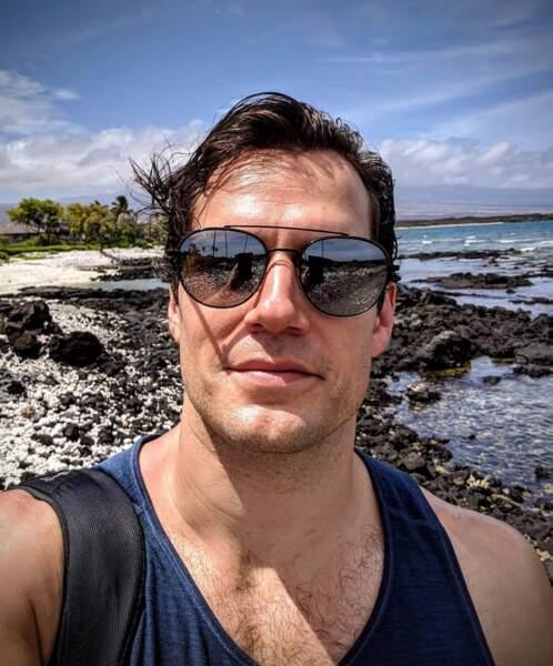 Henry Cavill est beau partout dans le monde, y compris à Hawaii.