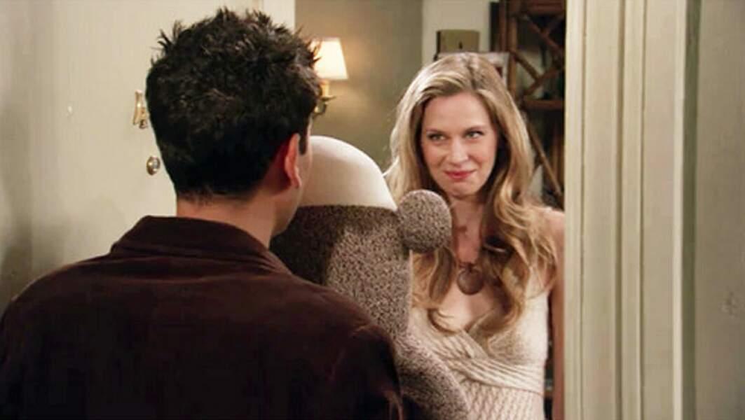 Natalie (Anne Dudek), c'est la copine que Ted a larguée sur répondeur, le jour de son anniversaire. Pas très classe