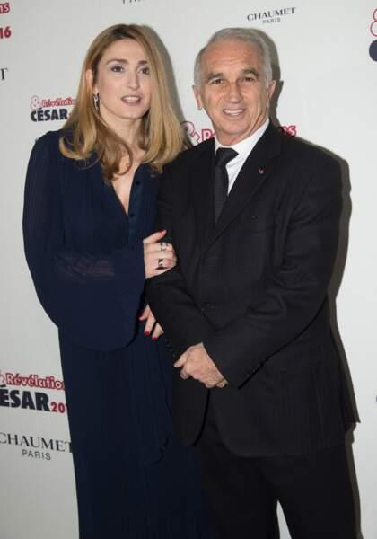 Julie Gayet aux bras d'Alain Terzian (Président de l'Académie des arts et techniques du cinéma)
