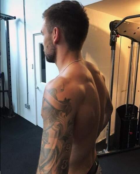 À qui appartient ce bras tatoué ?